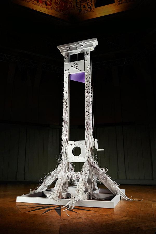 La guillotina de 'Paper Cuts' - Mandy Smith/Hal Kirkland