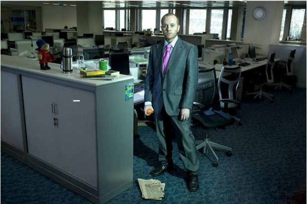 """Sir Garrick Ronald, """"Miembro Ejecutivo"""" del """"Lloyds Banking Group"""", quiere traspasarte 30 millones de libras esterlinas y te anima a llamarlo para especificar detalles. ('Poly-Spam'. Cristina de Middel)"""