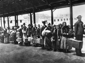 Inmigrantes en Ellis Island, 1892 - Foto: Wiki Commons