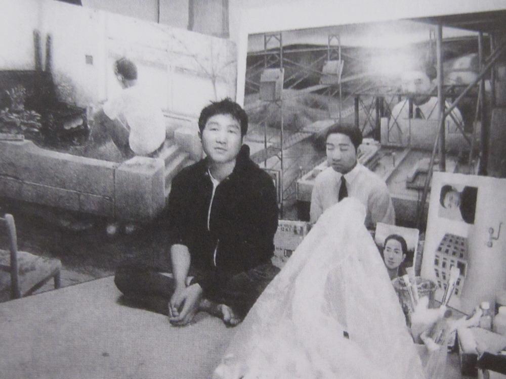 El artista Tetsuya Ishida junto a algunas de sus obras