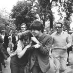 Paul McCartney bromea con una fan, 1964 © John 'Hoppy' Hopkins