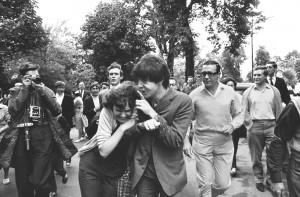 Paul McCartney bromea con una fan, 1964 © John 'Hoppy' Hopkins