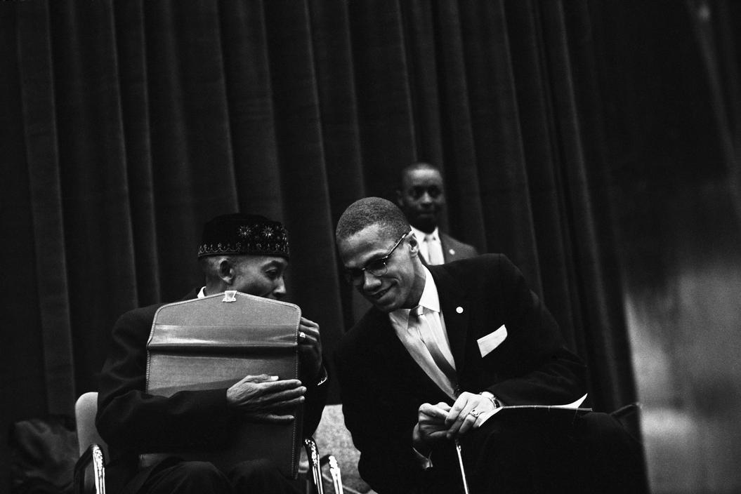 Malcolm X (derecha) en la tribuna del mitin con Elijah Muhammad, líder de la Nación del Islam  © Eve Arnold
