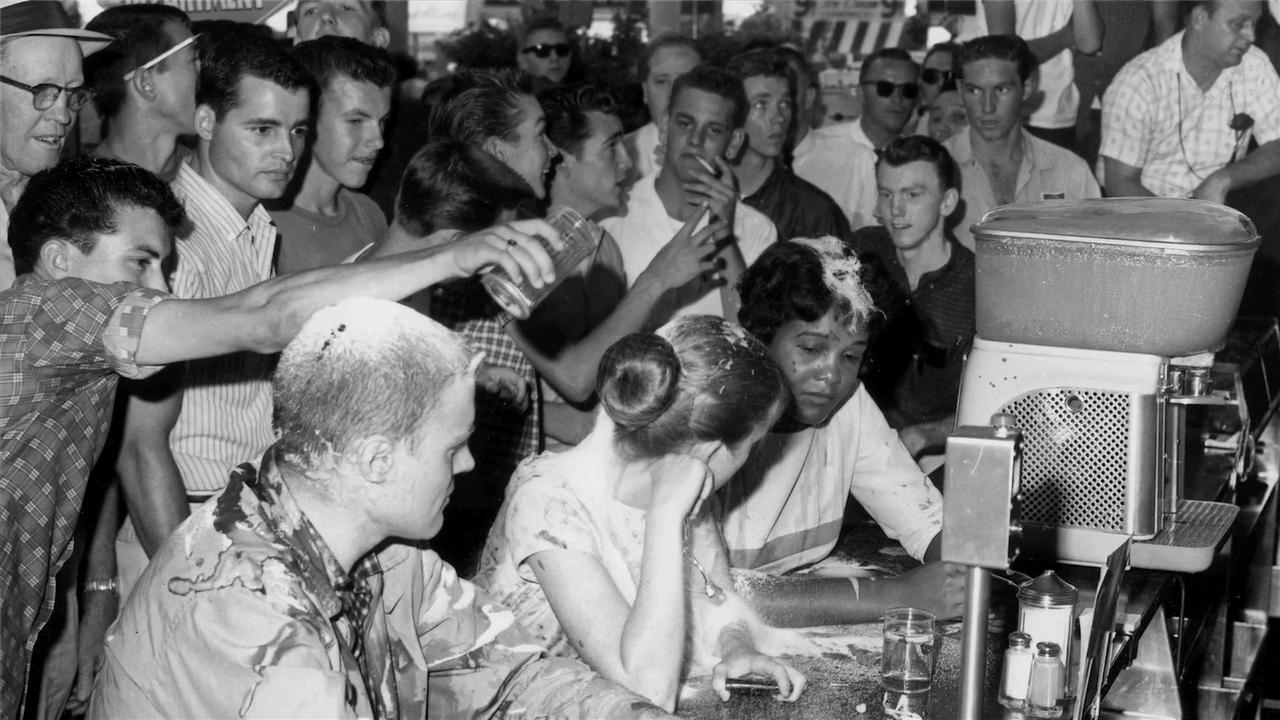 Tres 'viajeros de la libertad' son increpados y atacados por chicos blancos en un bar segregado. La muchacha del medio, con moño, es Joan. 28 de mayo de 1963, Jackson-Misisipi.