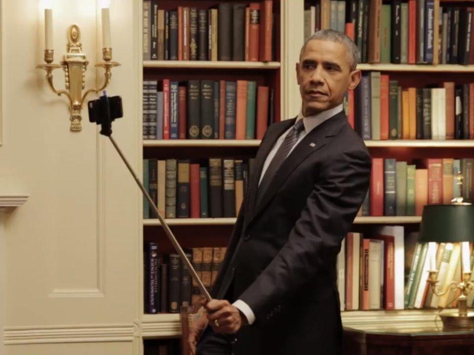 Barack Obama y su 'palo' (Captura del vídeo de BuzzFeed)