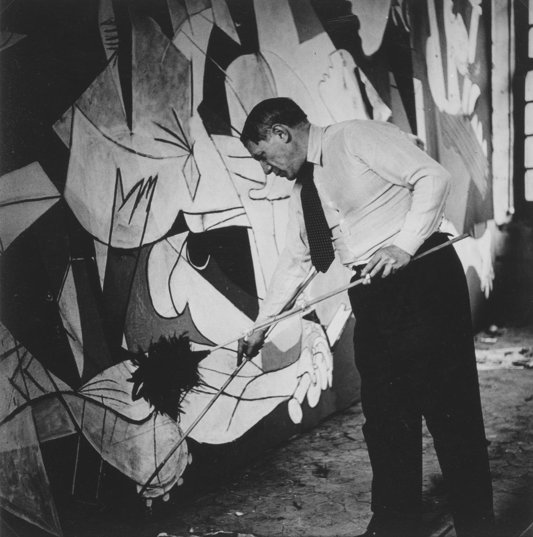 - Picasso pintando el 'Guernica' retratado por Dora Maar - Madrid, Museo Nacional Centro de Arte Reina Sofía © Dora Maar, by SIAE 2013 - Photo credit: Archivo Fotografico Museo Nacional Centro de Arte Reina Sofía, Madrid