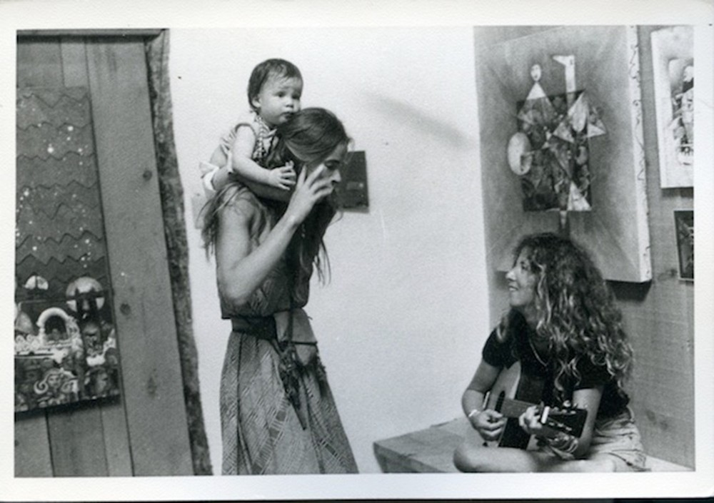 Untitled (woman with baby on shoulders)  © Dennis Hopper