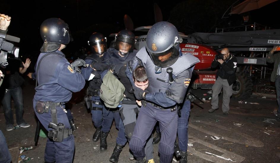 Varios policías reducen a un manifestante en Madrid en 2012 - Foto: Jorge París