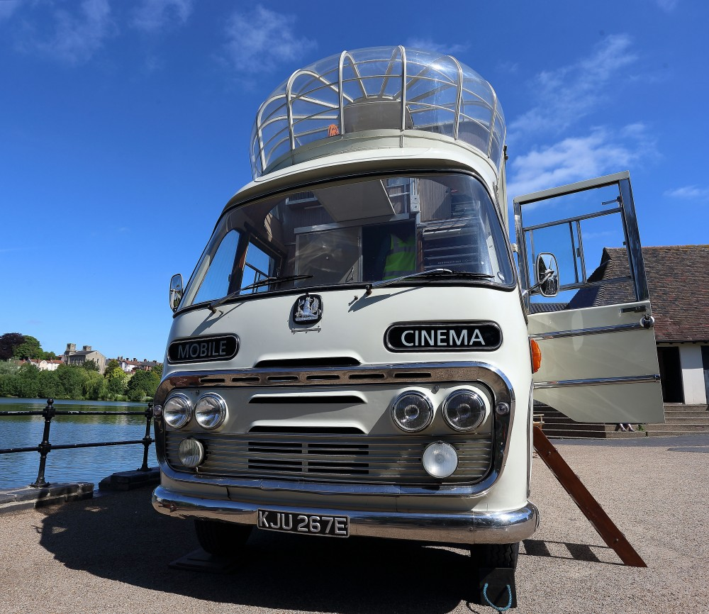 El Vintage Mobile Cinema (http://www.vintagemobilecinema.co.uk)