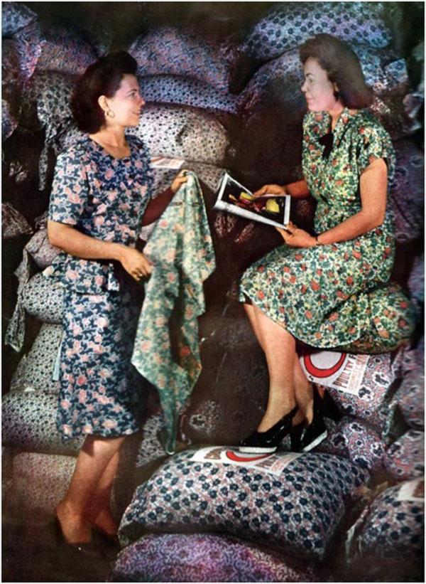 Mujeres con vestidos hechos con tela de sacos