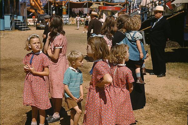 Niñas a finales de los años treinta en Vermont (EE UU) con vestidos hechos de 'feedsacks'
