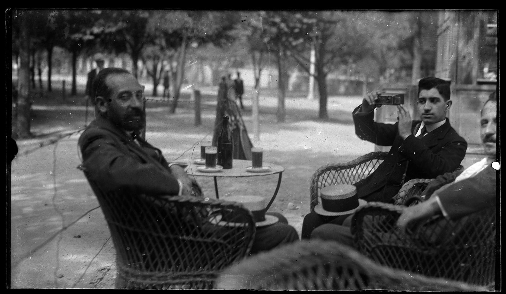 Almayso. Disfrutando de una cerveza en el Retiro, 1901 © Fondo Almayso