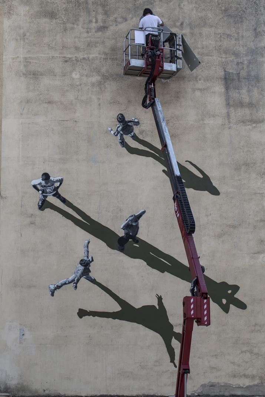 Gjennestad trabajando en el mural 'Memorie Urbane'