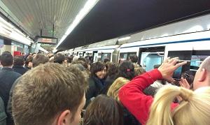 Aglomeración en la L9 de Metro de Madrid