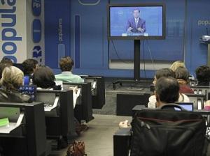 Mariano Rajoy vuelve a escudarse de la prensa tras una pantalla de plasma