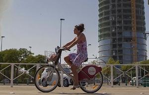 Una ciclista urbana en Sevilla