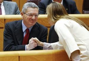 Gallardón saluda a una parlamentaria  (Ballesteros / EFE)