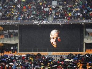 Una pantalla gigante proyecta la imagen del expresidente sudafricano Nelson Mandela durante el multitudinario servicio religioso oficial celebrado en su honor en el estadio FNB de Soweto, en Johannesburgo (Sudáfrica). EFE