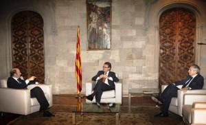 El secretario general del PSOE, Alfredo Pérez Rubalcaba, en una reunión con el presidente catalán, Artur Mas, y el líder del PSC, Pere Navarro. (EFE / ARCHIVO)