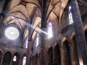 Interior de la Iglesia de Santa María del Mar, muestra espléndida del gótico. (Wikipedia)