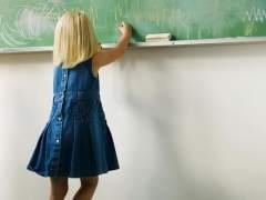 Una niña escribiendo en la pizarra del colegio. (GTRES ONLINE)