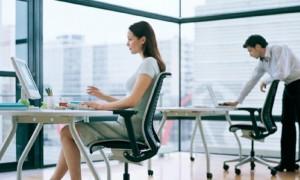 Dos empleados en una oficina. (GTRES)
