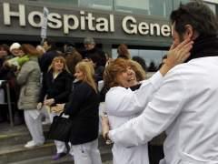 Concentración en un hospital para celebrar la suspensión del plan de privatización de la sanidad. (EFE/Emilio Naranjo)