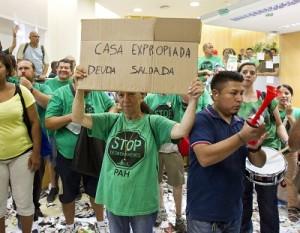 Activistas de la PAH ocupan una sucursal.
