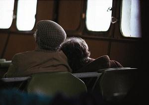 Una pareja de jubilados, sentados en un vagón de tren. (EFE)