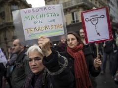 Manifestación en París en contra de la reforma del aborto impulsada por Gallardón. (Etienne Laurent / EFE)