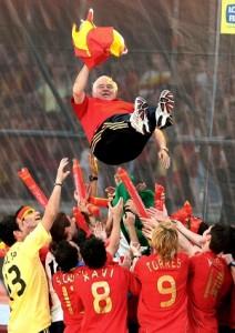 Luis Aragonés es manteado. (EFE)