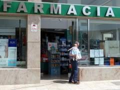 Un hombre sale de una farmacia. (ARCHIVO)