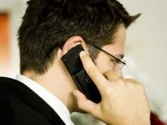 Un hombre hablando por teléfono. (ARCHIVO)
