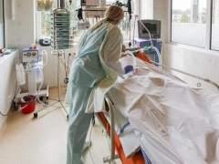 Un médico atendiendo a un paciente. (EFE)