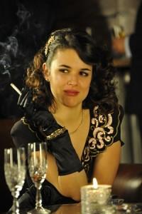 Adriana Ugarte como Sara Quiroga en 'El tiempo entre costuras'. (ATRESMEDIA)