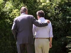 El rey Juan Carlospasea con Adolfo Suárez. (EFE)