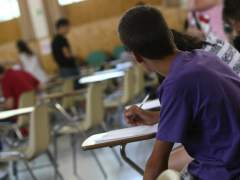 Un alumno toma notas en un instituto. (JORGE PARÍS/ARCHIVO)