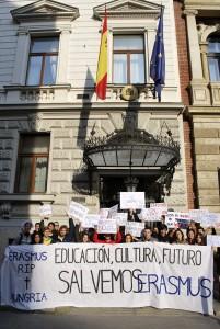 Estudiantes españoles en Hungría en una protesta por los recortes que sufre la educación en España. (ARCHIVO - EFE / Marcelo Nagy)