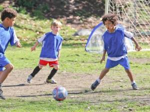 Niños jugando al fútbol (GTRES, ARCHIVO)