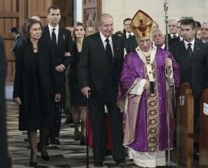 Los Reyes, don Juan Carlos y doña Sofía, y los Príncipes de Asturias, don Felipe y doña Letizia, junto al cardenal arzobispo de Madrid, Antonio María Rouco Varela. (EFE)