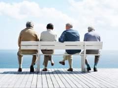 Un grupo de ancianos sentados en un banco. (GTRES)