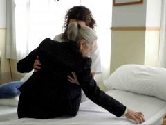 Una axuliar ayuda a una anciana. (ARCHIVO)