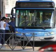 Viajeros entrando en un autobús de la EMT de Madrid. (JORGE PARÍS)
