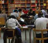 Estudiantes universitarios en la biblioteca. (ARCHIVO)