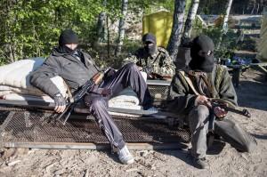 Dos manifestantes prorrusos vigilan un punto de control cerca de Krasnyi Liman, Donetsk, Ucrania. (Evgeniy Maloletka / EFE)