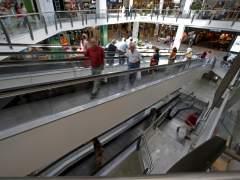 Varias personas hacen sus compras el domingo en un centro comercial. (EFE)