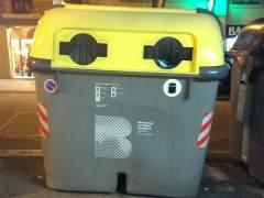 Cubos de basuras inadecuados que imposibilitan a muchos ciudadanos poder reciclar. (ALBA LLOMPART)