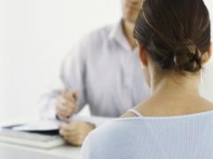 Un joven, ante una entrevista para conseguir un empleo. (GTRES)