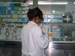 Una enfermera, consultando unos medicamentos. (ARCHIVO)