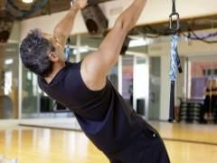 Un hombre y una mujer hacen ejercicio en un gimnasio. (ARCHIVO)